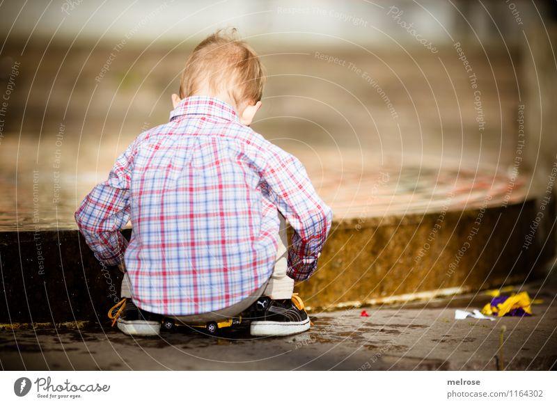 I'm still busy Spielen Junge Familie & Verwandtschaft Kindheit Körper Kopf Rücken Arme Beine Fuß 1 Mensch 1-3 Jahre Kleinkind Wasser Frühling Hemd Jeanshose
