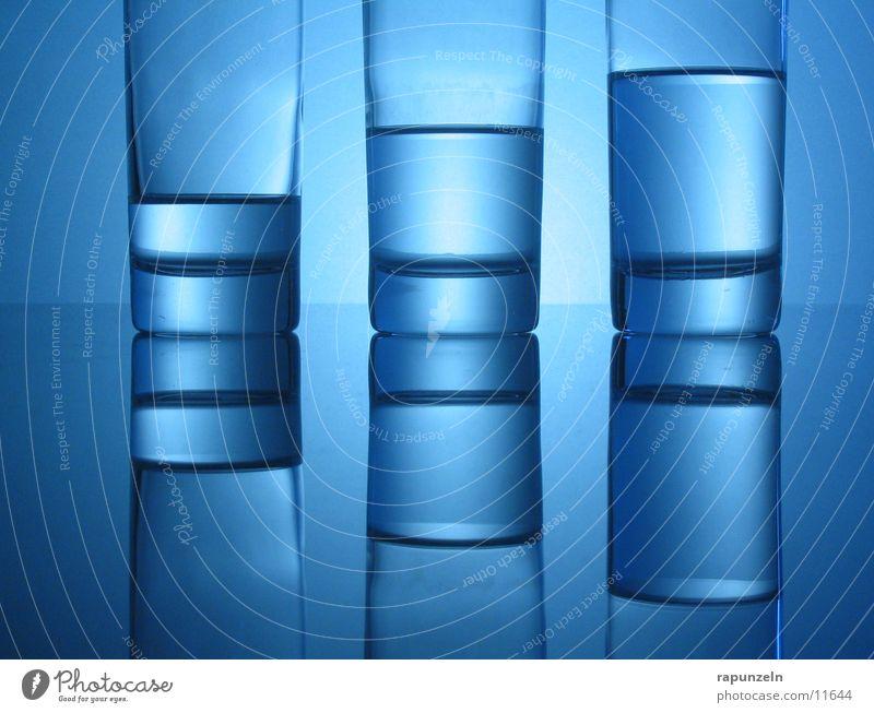 Blaues Glas #05 blau Wasser glänzend Glas Ernährung Trinkwasser rund Getränk Spiegelbild Mineralwasser halbvoll