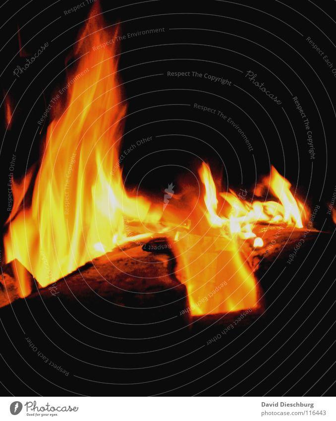 Feuer und Flamme Licht dunkel gelb rot schwarz Holz Physik Glut Zerstörung Desaster Waldbrand Langzeitbelichtung Brand Farbe Winter hell Wärme Kontrast orange