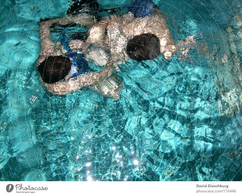 Ohne Badehose Schwimmen & Baden tauchen Wasseroberfläche Wasserwirbel türkis Wasserspiegelung Schwimmbad Vogelperspektive 2 Menschen Jugendliche Erwachsene