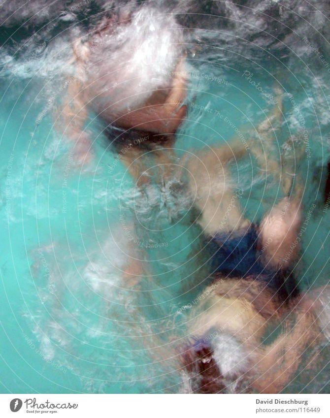 Eingefrorenes Duett Schwimmen & Baden tauchen türkis Wasseroberfläche anonym Wasserwirbel unkenntlich gesichtslos unerkannt 2 Menschen