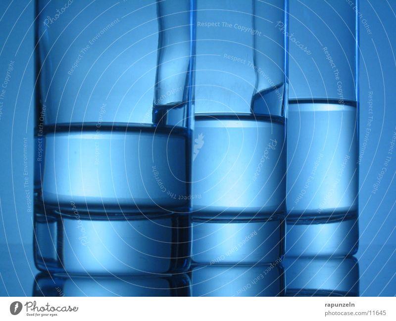 Blaues Glas #06 blau Wasser Treppe Glas Ernährung Trinkwasser rund Getränk trinken Niveau Abstufung Wasserstand halbvoll