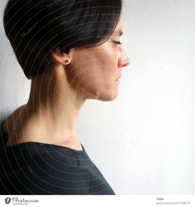 pink Lifestyle Stil Frau Erwachsene Leben Gesicht 1 Mensch 30-45 Jahre Ohrringe Haare & Frisuren schwarzhaarig kurzhaarig Denken träumen Traurigkeit Gefühle