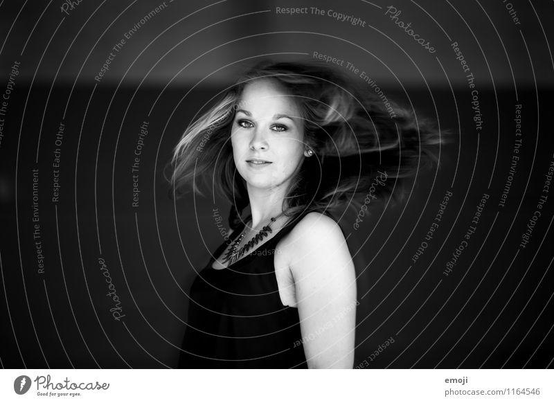 swing feminin Junge Frau Jugendliche Haare & Frisuren 1 Mensch 18-30 Jahre Erwachsene schön schwingen drehen Tanzen Bewegung Schwarzweißfoto Außenaufnahme