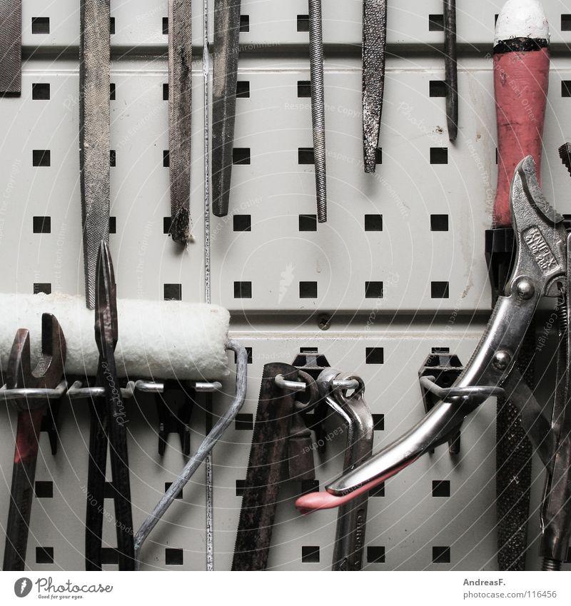 Tool Time Werkzeug Hobelbank Heimwerker heimwerken Basteln Freizeit & Hobby Zange Säge aufhängen Haken Schraubenschlüssel Kellerwand Handwerk Handwerker Azubi