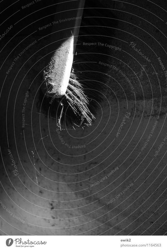 Abhänger Kammer Kehrbesen Handfeger Handbesen Mauer Wand hängen alt dunkel trist ruhig stagnierend Vergänglichkeit Zufriedenheit Spinngewebe Lichteinfall
