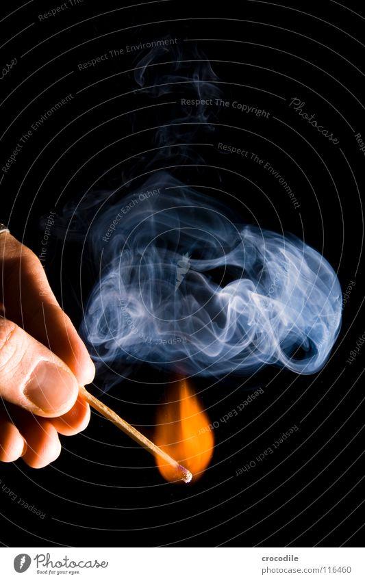 feuer??? brennen anzünden Finger heiß gefährlich Holz Rauchen entzünden Fingernagel Brand streichholz. feuer bedrohlich ein licht aufgehen Geruch Low Key qirbel