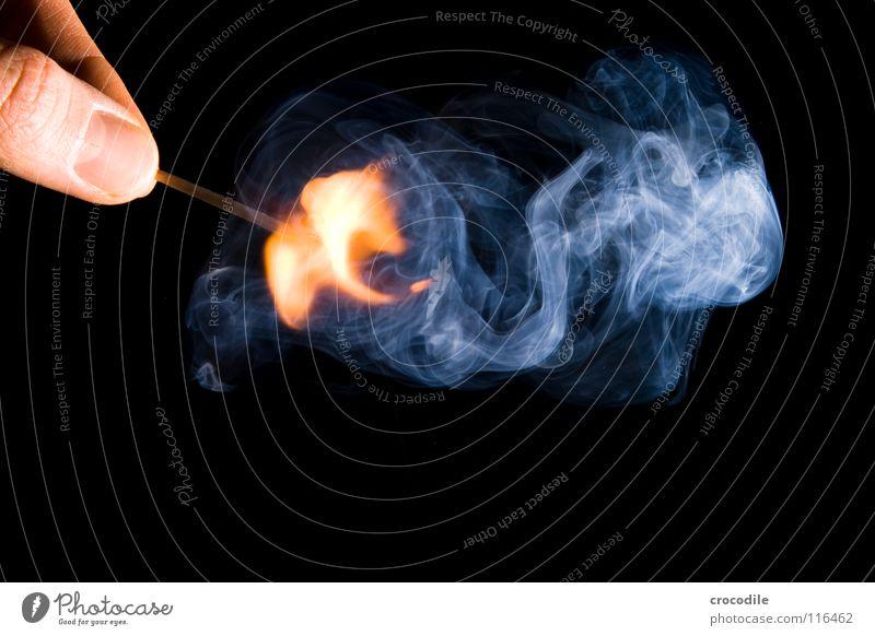 feuer???? brennen anzünden Finger heiß gefährlich Holz Rauchen entzünden Fingernagel Brand streichholz. feuer bedrohlich ein licht aufgehen Geruch Low Key