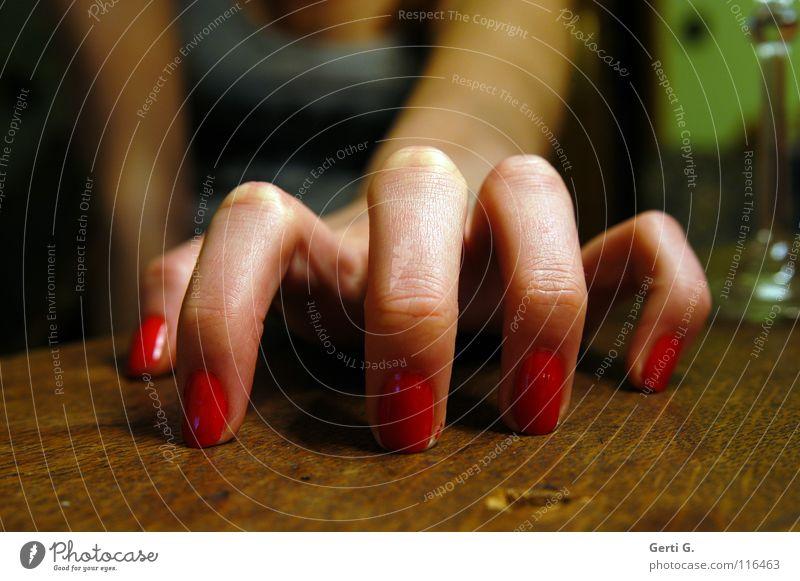 .oOo. Sektglas Tischplatte Holz Holztisch Finger 5 Hand Zeigefinger Spinne Frau Frauenhand feminin Trommel Nagellack rot kratzen zerkratzen nehmen Gefühle