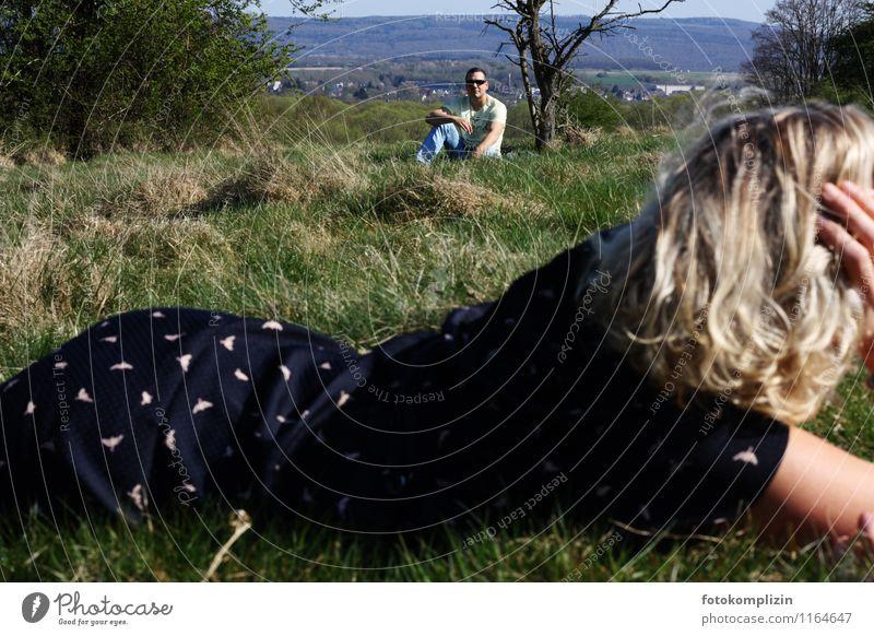 gegen-seitig 2 Mensch Frau Mann Ferne Erwachsene Liebe sprechen Zusammensein liegen warten beobachten Kommunizieren Romantik Neugier Sehnsucht Wachsamkeit