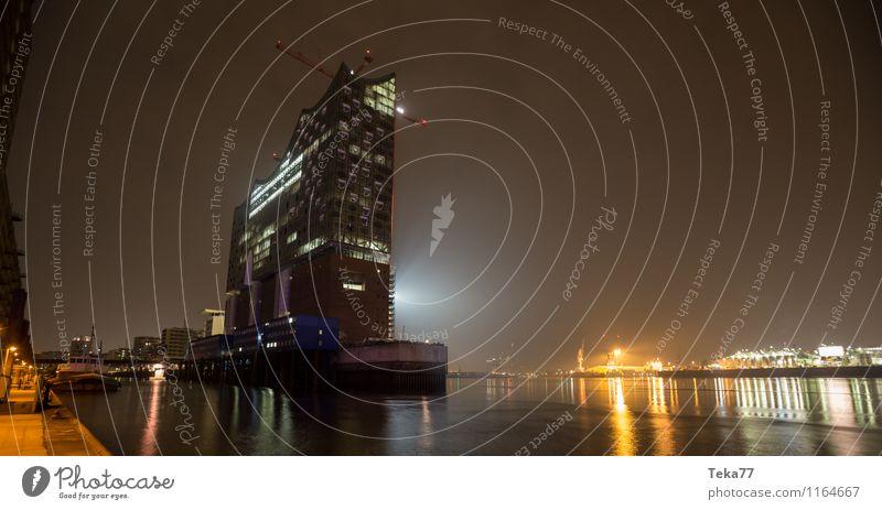 Elbphilharmonie Nachts III Stadt Kunst Fassade Musik ästhetisch einzigartig Hamburg Skyline Denkmal Wahrzeichen Sehenswürdigkeit Tower (Luftfahrt) Bühne Hafenstadt maritim Opernhaus