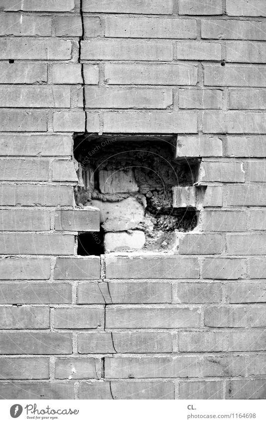 puzzled Baustelle Haus Ruine Mauer Wand Loch Riss Stein bauen kaputt Zerstörung Schwarzweißfoto Außenaufnahme Menschenleer Tag