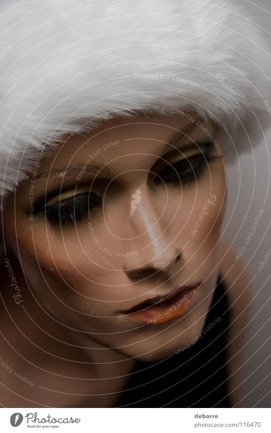 Nahaufnahme des Porträts einer weiblichen Schaufensterpuppe mit einer Weihnachtsmann-Mütze auf dem Kopf. Frau Mensch falsch Fälschung Model
