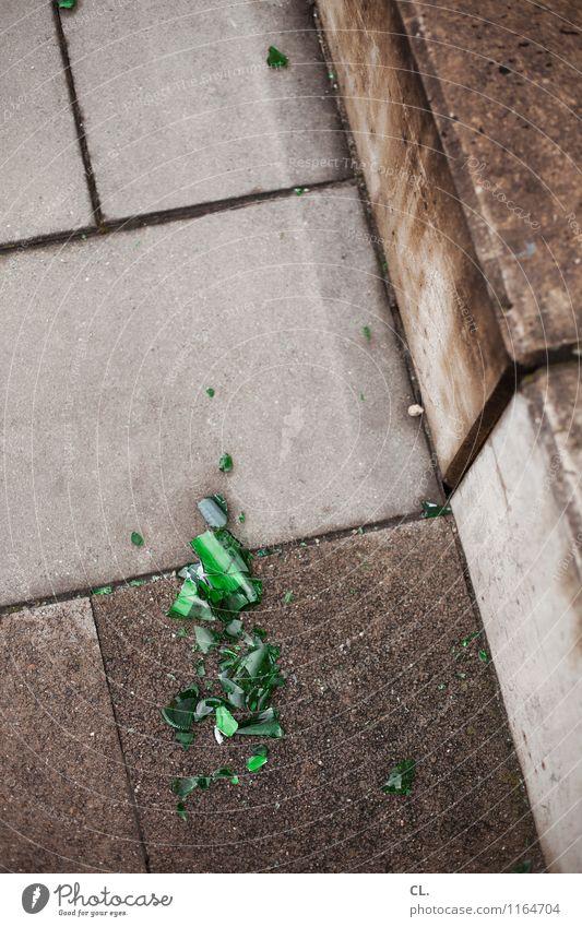 bier trinken Alkohol Bier Treppe Scherbe Boden Bierflasche Stein Glas kaputt grau grün Alkoholsucht Wut Frustration Aggression Gewalt Zerstörung Farbfoto