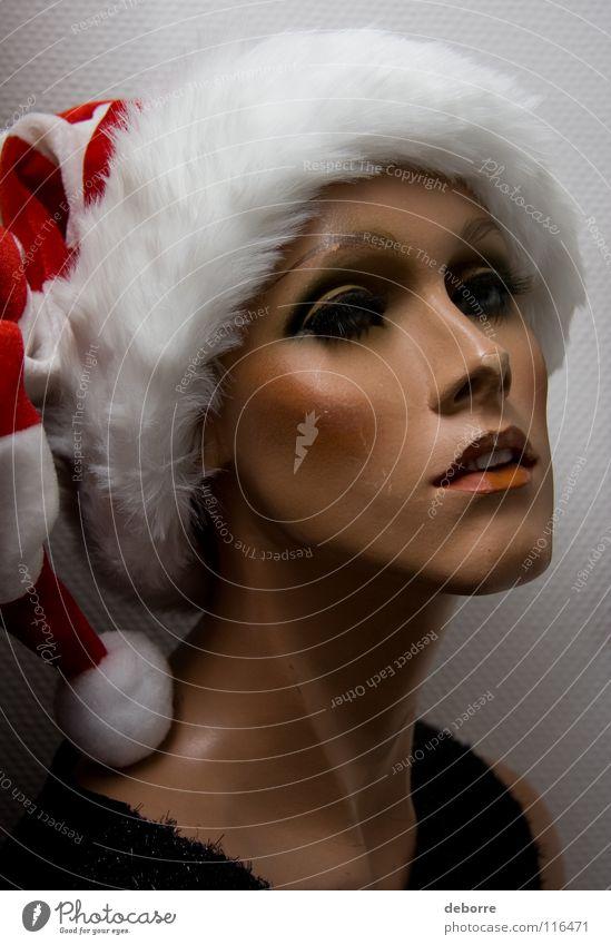 Porträt einer weiblichen Schaufensterpuppe mit einer Weihnachtsmann-Mütze auf dem Kopf. Frau Mensch falsch Fälschung Model Dekoration & Verzierung