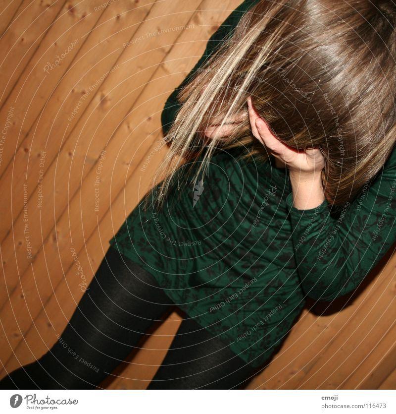 versteck dich doch nicht. Frau Jugendliche rocken authentisch Strümpfe Strumpfhose Kleid grün Holzwand Bewegung Friseur Freude Schwäche verstecken hide Gesicht