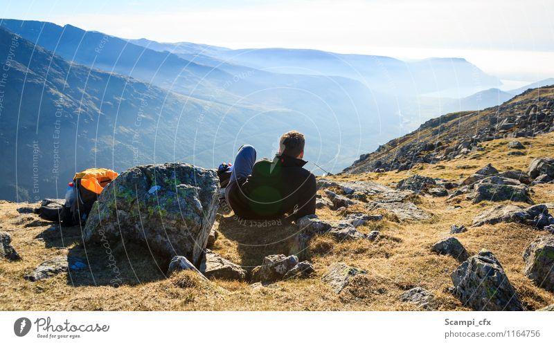 Einfach mal chillen... Mensch Natur Jugendliche Mann Erholung Landschaft Junger Mann ruhig Ferne Erwachsene Berge u. Gebirge Gras Freiheit Felsen Horizont