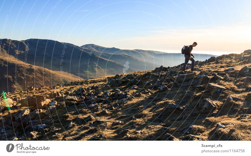 Durchhalten! Mensch Natur Ferien & Urlaub & Reisen Jugendliche Landschaft Junger Mann Ferne Umwelt Berge u. Gebirge Wege & Pfade Freiheit Felsen Horizont
