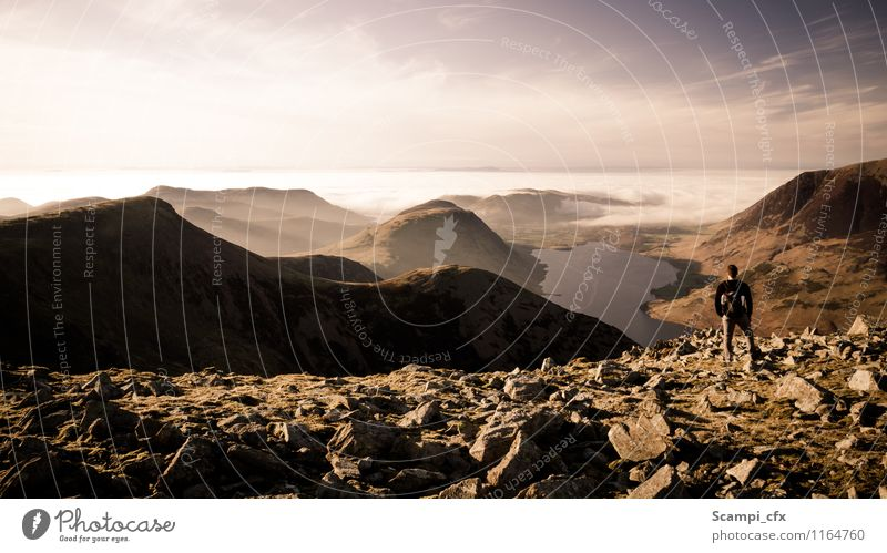 So wie früher Junger Mann Jugendliche Landschaft Himmel Hügel Felsen Berge u. Gebirge Seeufer Denken Erholung genießen wandern alt frei Unendlichkeit braun