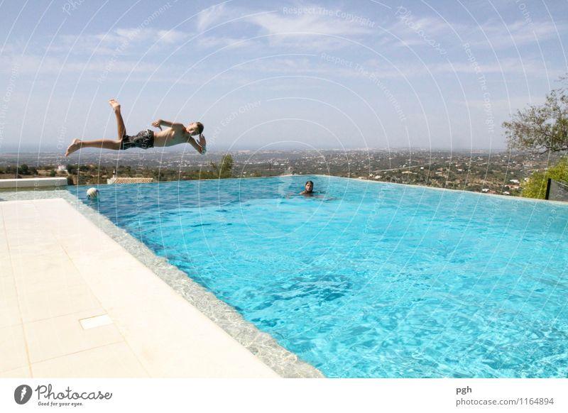. . . look . . . relaxe Mensch Kind Ferien & Urlaub & Reisen Jugendliche blau Sommer Wasser Freude Sport Spielen Glück Schwimmen & Baden fliegen maskulin