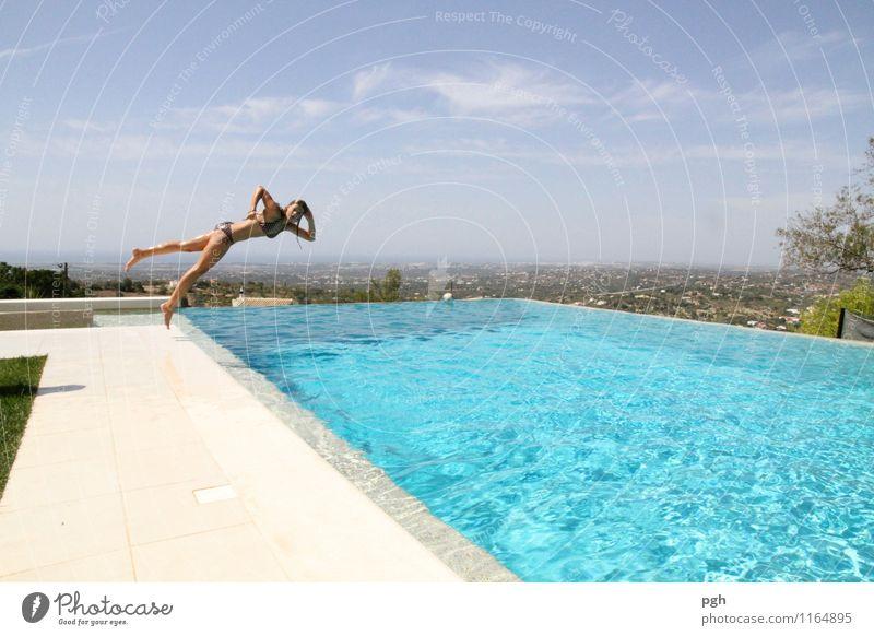 . . . let's fly . . . Sport Fitness Sport-Training Wassersport Schwimmbad Mädchen Körper 1 Mensch 13-18 Jahre Kind Jugendliche Himmel Sommer Bikini Beton