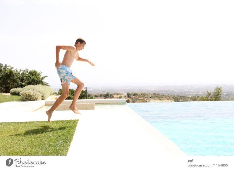 . . . hello . . . Wasser ich komme . . . Kind Jugendliche blau Wasser Sonne Junger Mann Freude lustig Sport Spielen Schwimmen & Baden springen maskulin Körper 13-18 Jahre laufen