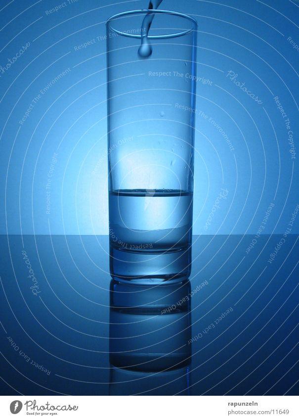 Blaues Glas #10 blau Wasser glänzend Ernährung rein deutlich Momentaufnahme Oberfläche fließen gießen Schwerkraft eingießen halbvoll