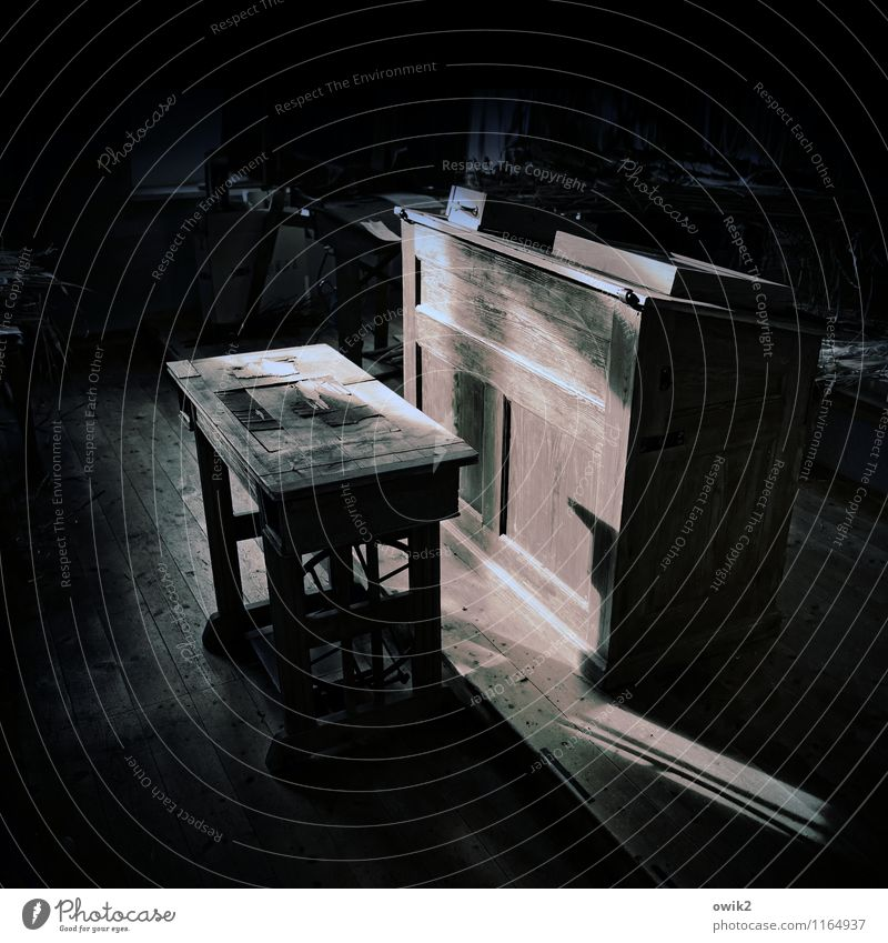 Alte Schule Holz stehen warten alt historisch geduldig ruhig Bildung Konzentration stagnierend Lesepult Klassenraum dunkel geheimnisvoll Lichteinfall Schulbank