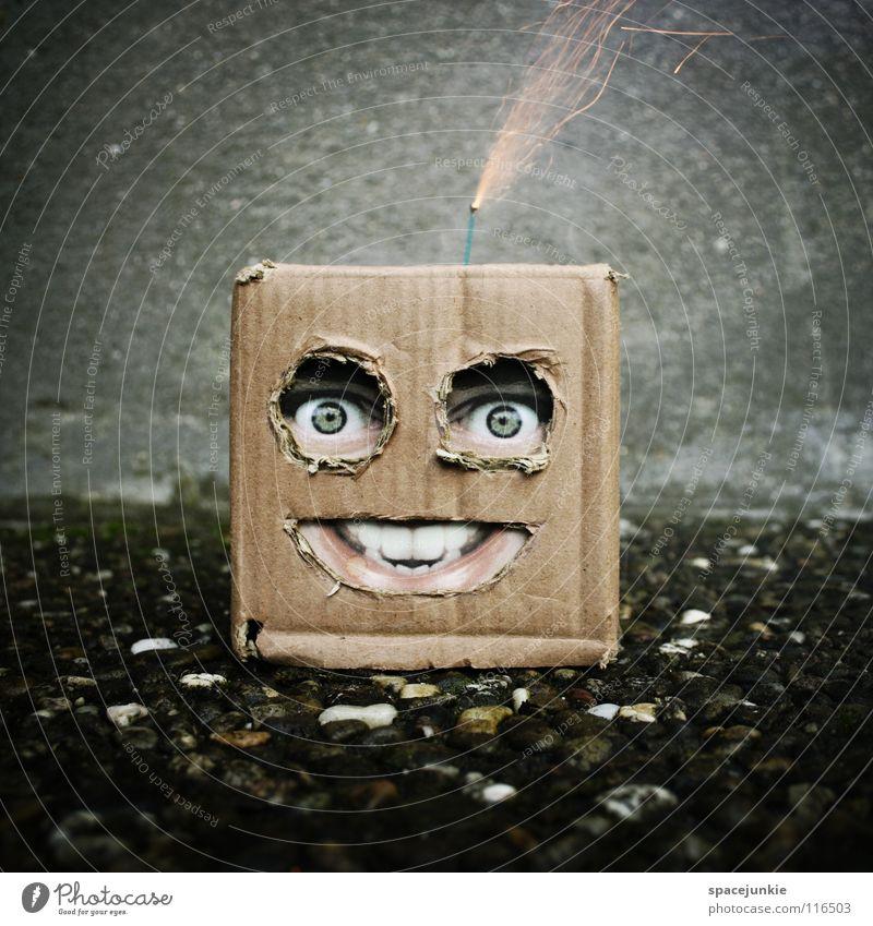 Boombox Mann Karton skurril Humor Freak Quadrat Handpuppe Spielzeug Wand Beton Feuerwerk Bombe zünden anzünden Explosion explosiv sprengen gefährlich
