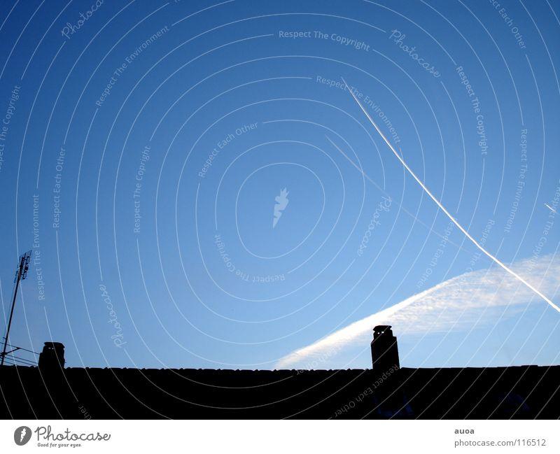 Blick aus dem Fenster Himmel blau schön weiß Wolken dunkel Freiheit Deutschland Linie Geschwindigkeit Flugzeug weich kaputt Streifen Dach Schornstein