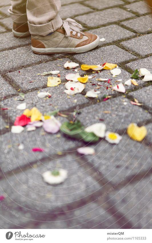 Streuwahn I Kunst ästhetisch Hochzeit Hochzeitszeremonie Hochzeitsgesellschaft Blume Zeremonie Rosenblätter Schuhe Boden Farbfoto Gedeckte Farben Außenaufnahme