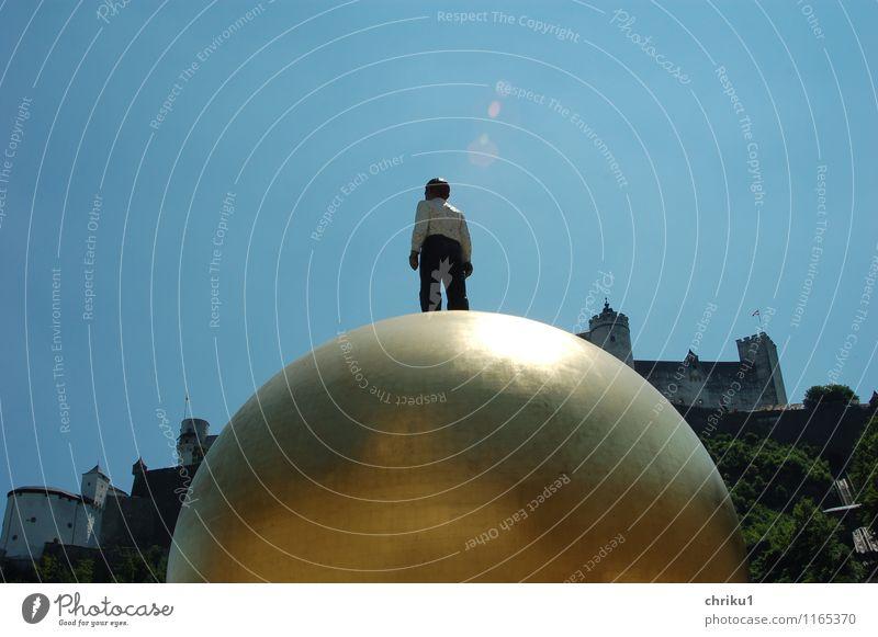 Salzburger Kugel Kunst Kunstwerk Skulptur Kultur Burg oder Schloss Sehenswürdigkeit Wahrzeichen gold Farbfoto Außenaufnahme Sonnenlicht Totale