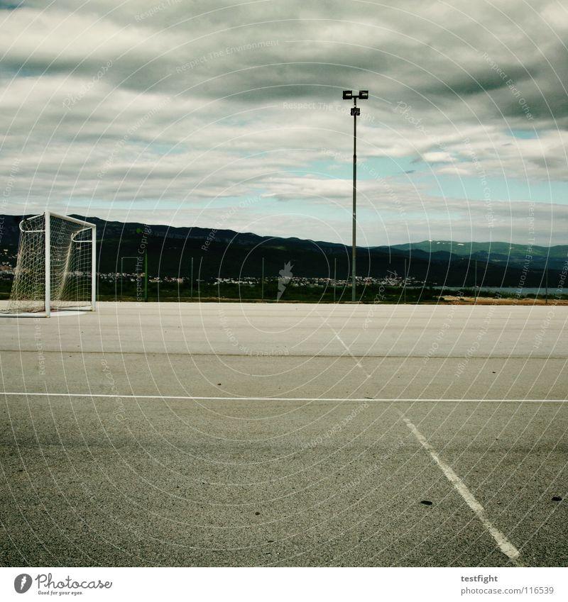 spielplatz Sommer Freude Haus Wolken Einsamkeit Sport Spielen Bewegung Linie Feld frei leer Ball Netz Tor Fußballer