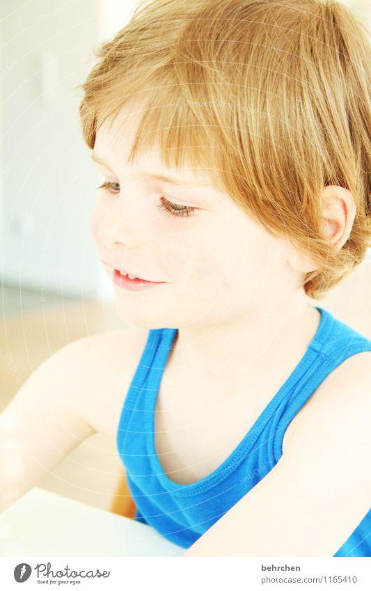 S (chlauschieter) Kind Junge Kindheit Kopf Haare & Frisuren Gesicht Auge Ohr Nase Mund Lippen Zähne 3-8 Jahre blond langhaarig beobachten Lächeln Spielen