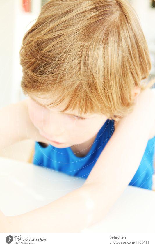 konzentriert Junge Familie & Verwandtschaft Kindheit Körper Haut Kopf Haare & Frisuren Gesicht Auge Nase Mund Lippen Arme 1 Mensch 3-8 Jahre blond langhaarig