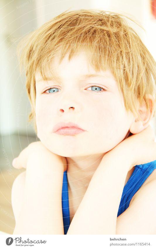 intensiv Kind Junge Kindheit Haut Kopf Haare & Frisuren Gesicht Auge Ohr Nase Mund Lippen Arme Hand 3-8 Jahre blond langhaarig beobachten Blick träumen Coolness