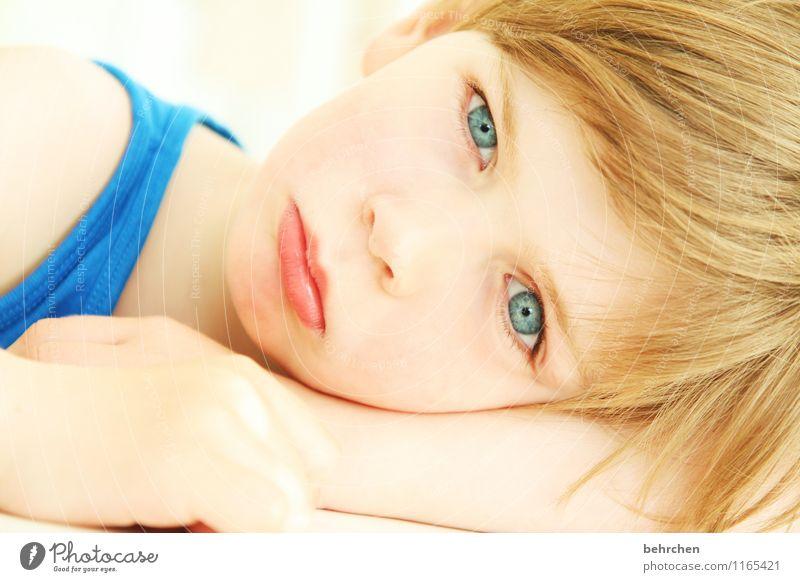 was denkst du? Kind Junge Familie & Verwandtschaft Kindheit Haut Kopf Haare & Frisuren Gesicht Auge Nase Mund Lippen Arme Hand 3-8 Jahre blond langhaarig