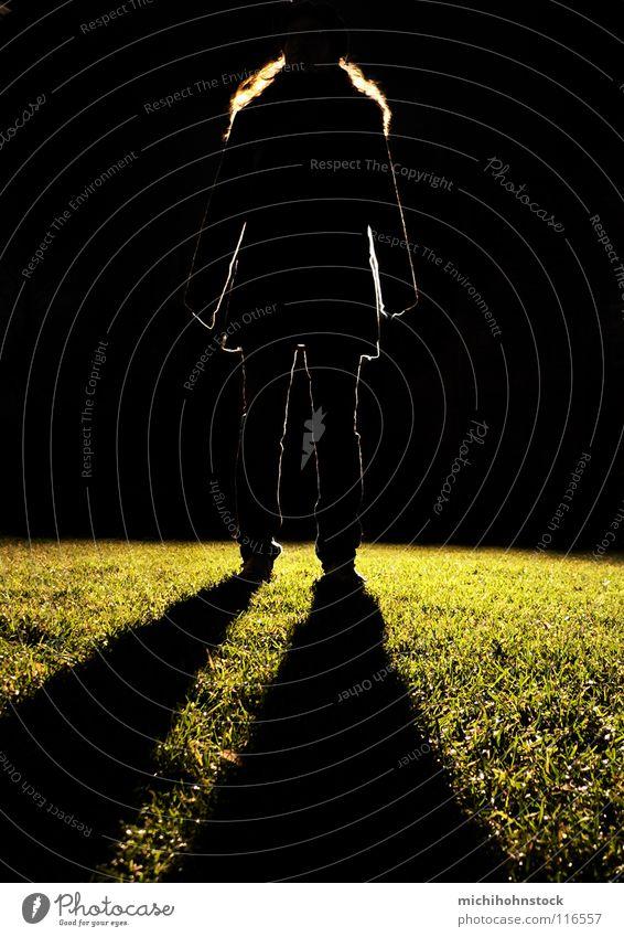 Flutlichtmonster 1 Frau Lampe dunkel Haare & Frisuren Beine Rasen heilig Bühnenbeleuchtung Scheinwerfer unheimlich Fußballplatz Ungeheuer Heiligenschein