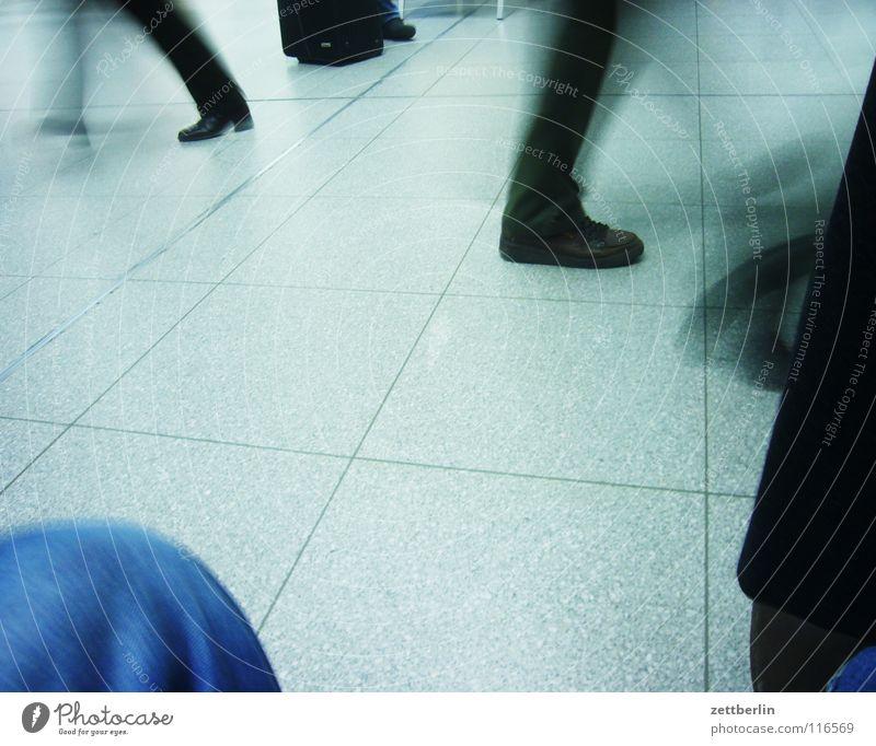 Transit Mensch Ferien & Urlaub & Reisen Bewegung Beine Fuß rennen Geschwindigkeit Richtung Dynamik Bahnhof Tourist Sportveranstaltung links Flughafen schreiten