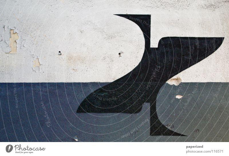 Hole in the Wall Straßenkunst weiß schwarz Zement Wand sprühen Kratzer bohren geschwungen Geometrie Graffiti Wandmalereien Industrie verfallen blau Loch Farbe