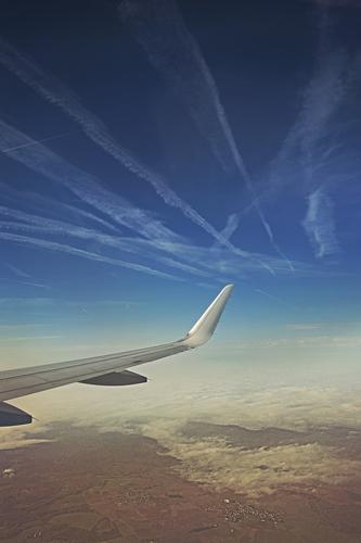 Highways in the sky Himmel Ferien & Urlaub & Reisen blau weiß Landschaft Wolken Ferne Umwelt grau Freiheit fliegen braun Linie Horizont Tourismus Luftverkehr