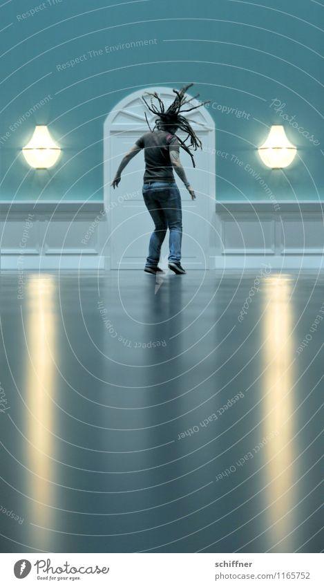 schwindelig | getanzt Mensch feminin Junge Frau Jugendliche Erwachsene 1 30-45 Jahre Tanzen dunkel springen Kopfschütteln Rastalocken Haare & Frisuren