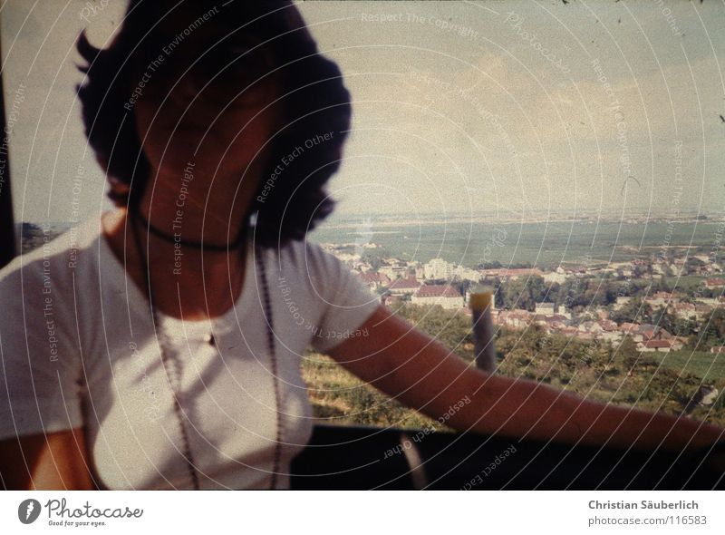 She's got the style Frau Seilbahn Siebziger Jahre T-Shirt Top weiß schwarz Haare & Frisuren Stadt Deutschland Riesenrad Kette über den Wolken. Aussicht