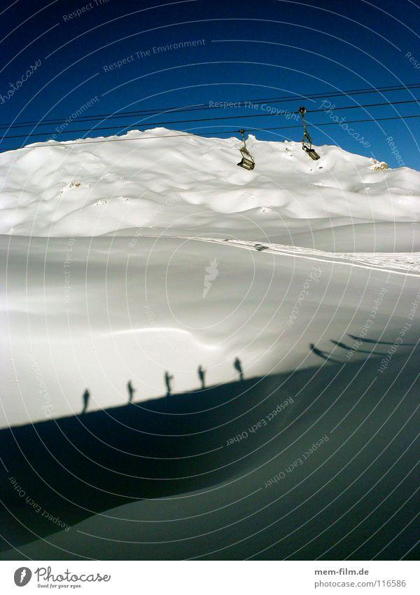 schattenski II Skifahrer Skitour Sesselbahn Neuschnee Winter kalt unberührt Tiefschnee Skifahren Dezember Bergsteigen Wintersport Schnee Schatten mehrere Alpen