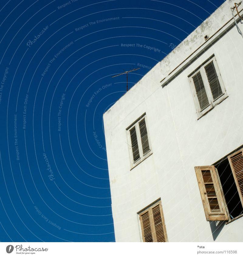 Fenster zur Welt Himmel alt blau weiß Haus Architektur offen geschlossen verrückt verfallen Handwerk schäbig Kuba Antenne Fensterladen