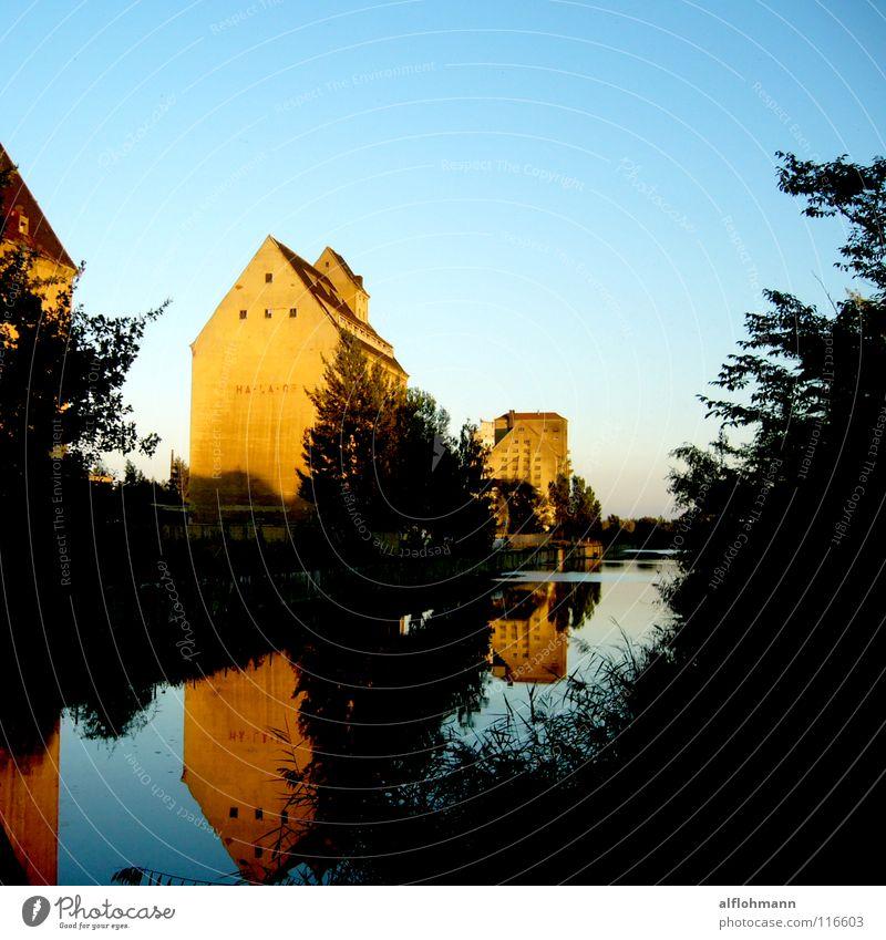 Leipziger Hafen Dach Gebäude Haus grün See Sonnenuntergang Reflexion & Spiegelung historisch Abwasserkanal Wasser Küste blau Himmel Lager Böschung