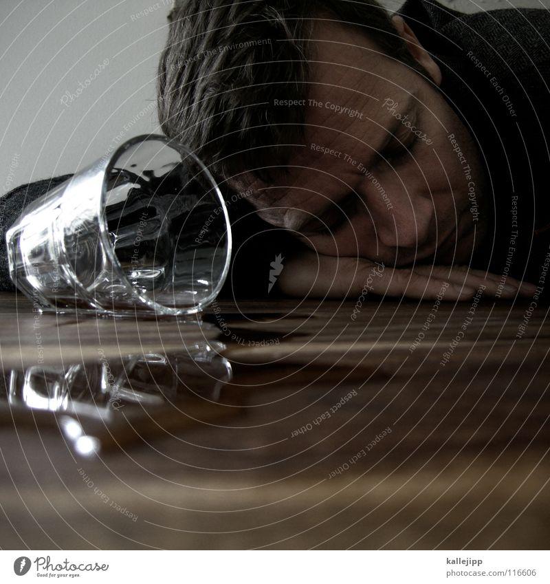 hangover Mann Wasser Hand Gesicht Erwachsene Leben Feste & Feiern Glas mehrere Nase Tisch schlafen viele trinken Suche Gastronomie