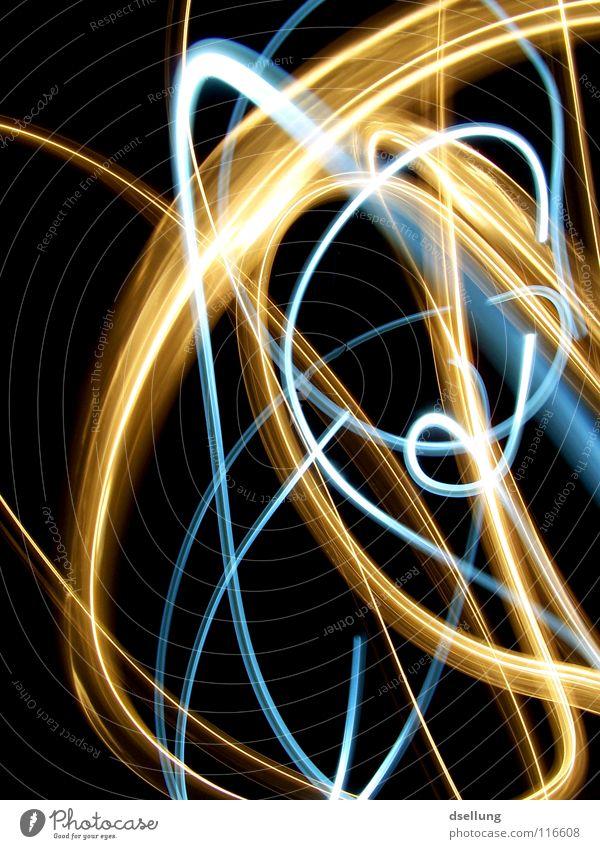 gelbe und blaue Lichter auf schwarzem Hintergrund chaotisch Taschenlampe dunkel durcheinander orientierungslos Überraschung kalt Physik Lichtspiel Blitze