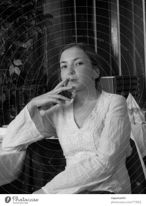 Smoking... Frau sitzen Rauch Zigarette skeptisch dominant