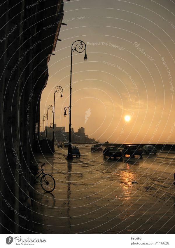 Sunset am Malecón in Havanna Himmel Straße PKW Regen Kuba historisch Südamerika El Malecón